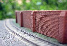 Длинная гибкая кирпичная стена с защитой от наклона маленькая