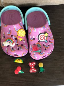 Image 2 - 500 pièces Mickey Princesse Trolls Avengers Sesame Street PVC Chaussure Charmes accessoires De Chaussures Boucles Ajustement Bandes Bracelets Croco JIBZ