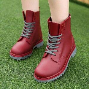 Image 3 - المرأة موضة Rainboots أحذية مضادة للماء امرأة الطين أحذية ماء الدانتيل يصل البلاستيكية حذاء من الجلد الخياطة احذية المطر حجم كبير 44
