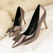 2020 HOT Elegant Metal Buckle Show Thin Women's Sandals Solid Patent Leather Poi