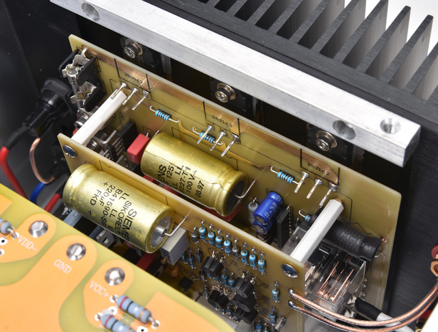 Odniesienie GOLDMUND Telos 300 obwód oddzielny mono 400WX2 po wzmacniaczu