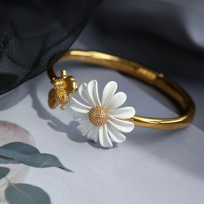 HUANZHI 2020 New White Enamel Daisy Flower Bracelet Vintage Gold Metal Opening Bracelet for Women Party wedding Jewelry Gifts(China)