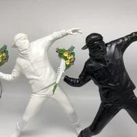 England Street Art Banksy Toy Medicom Throwing Flower Bomber Resin Sculpture Decoration