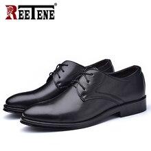 REETENEใหม่รองเท้าหนังผู้ชายรองเท้าธุรกิจผู้ชายรองเท้าแฟชั่นสบายๆรองเท้าสบายชี้รองเท้าผู้ชายสีทึบ