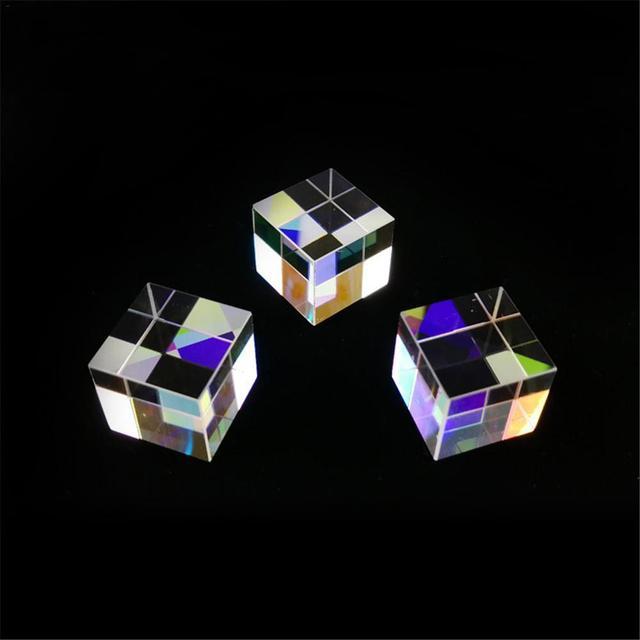 Фото шестисторонняя яркая призма сочетает в себе искусственное стекло