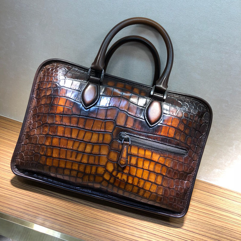С узором «крокодиловая кожа» модный портфель