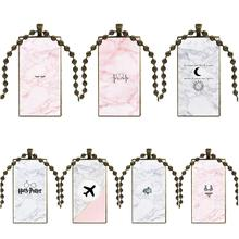 Diseño de moda Vintage vidrio mujeres rectángulo collar colgantes para mujeres regalo de boda lindo pequeño icono sobre fondo de mármol