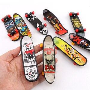 24 stücke Mini Kunststoff Daumen Finger boards Desktop spielzeug fingertip bewegung Griffbrett rad kinder Spielzeug Finger Skate finger skateboard