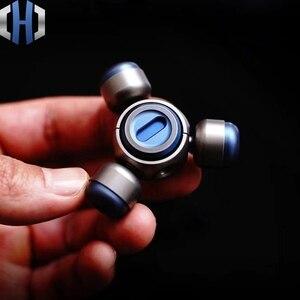Image 4 - Dedo Gyro aleación de titanio de cobre portátil adultos descompresión juego giratorio creativo juguete Ceremonia