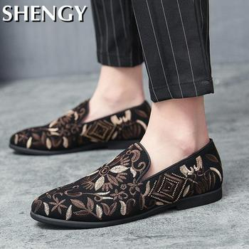 Męskie buty na co dzień buty na łodzi męskie mokasyny kwiatowy Print męskie płaskie buty męskie oddychające sneakersy wygodne wsuwane buty outdoorowe męskie tanie i dobre opinie shengmiao Płótno CN (pochodzenie) RUBBER Slip-on Pasuje prawda na wymiar weź swój normalny rozmiar Buty łodzi Wiosna jesień