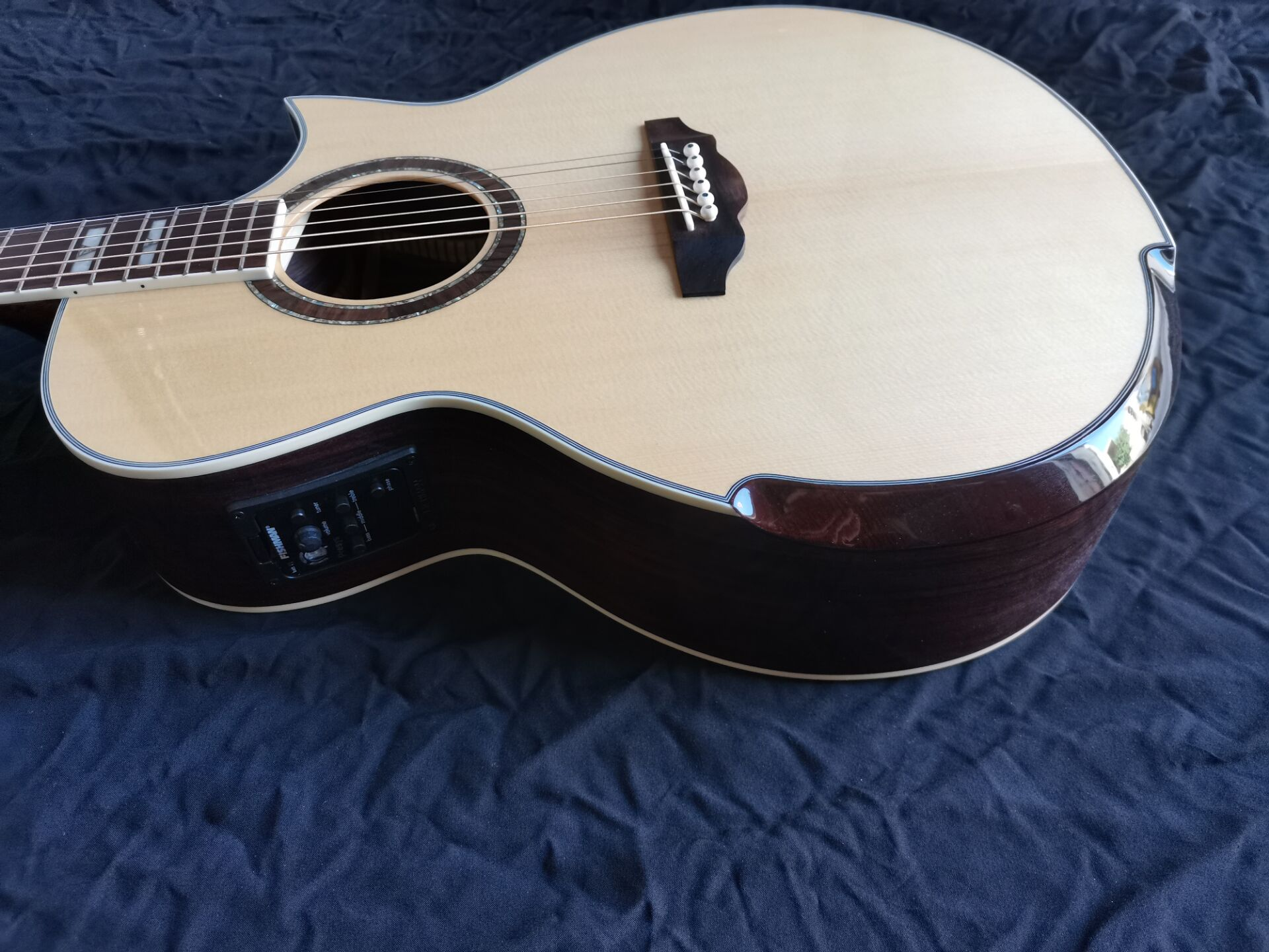 Free Shipping New Acoustic Custom Guitar Cutaway Natural Solid Spruce Wood Armrest Design Guitars