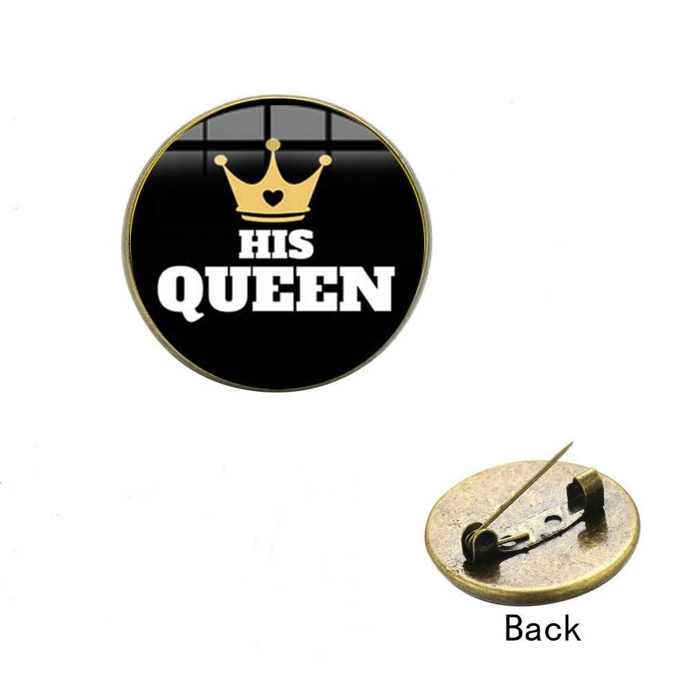 SONGDA Il Suo Re Il Suo Queen di Modo Risvolto Spille Gold Crown Creativo Modello di Vetro Cabochon Gemma Citazione Spilla per Gli Amanti Data di compleanno