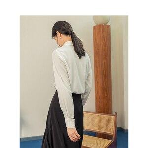 Image 2 - אינמן אביב חדש הגעה לבן צבע רטרו מינימליסטי כל מתאים להנמיך צווארון יחיד חזה Loose סגנון נשים למעלה חולצה