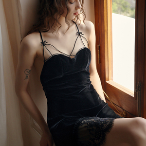Image 3 - 女性のベルベットの睡眠ドレスディープ V 美容バッククロスレース中空アウト誘惑サスペンダーネグリジェ寝間着のホームの服
