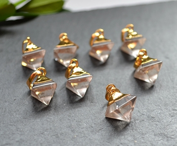 Naturaleza facetada pirámide cristal claro cuarzo terminado colgante con borde de oro galvanizado