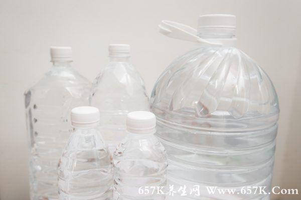 研究:一年只喝瓶装水 竟多摄入9万塑料微粒