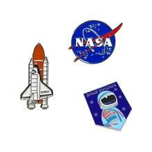 Astronauta e foguete duro esmalte lapela pino distintivo broche