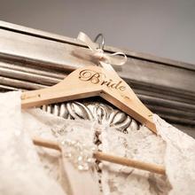 Персонализированные деревянные Свадебные вешалки-Добавьте свое имя и дату. Подходит для подружки невесты подарки-пользовательские вешалки для невесты и невесты