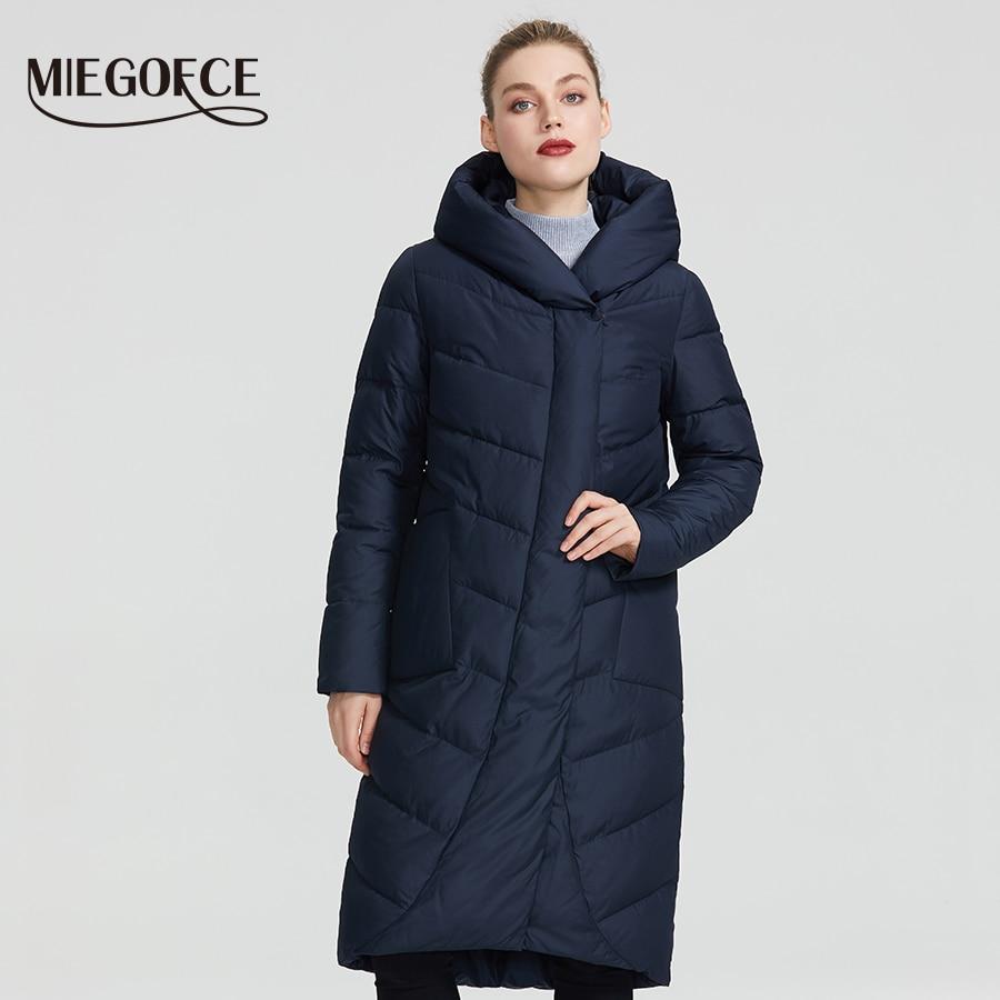 MIEGOFCE 2019 Новая зимняя женская коллекция года зимняя женская куртка имеет имеет V-образный воротник с капюшоном который защитит от холода име...