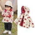 Женская модная весенняя куртка для маленьких девочек, милая детская куртка со съемным капюшоном и принтом томатов, верхняя одежда, ветровка