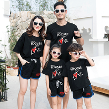 Aile plaj tatil giyim seti anne kızı elbise T shirt şort baba oğul giysileri setleri aile eşleştirme giyim