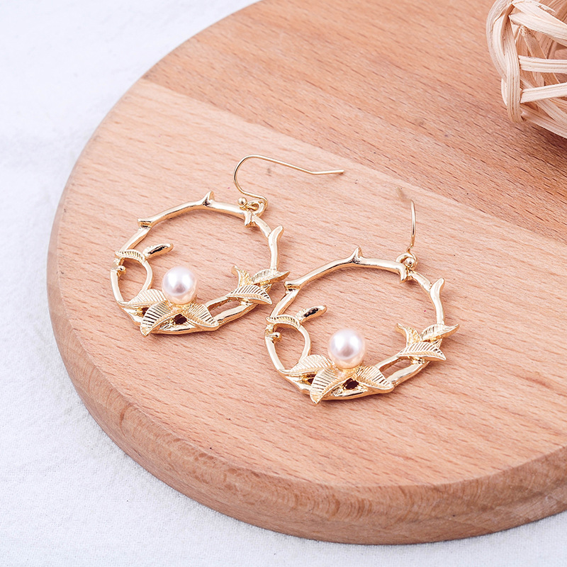 Fashionable and Fresh Alloy Circle Inlays Pearl Earring Female Fashionable Trend New Fund Is Female Studs Flower