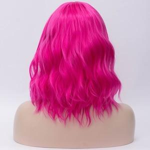 Image 2 - MSIWIGS krótkie Cosplay naturalne fale peruki dla kobiet czerwona peruka z bocznym Bangs zielone włosy syntetyczne peruka żaroodporne