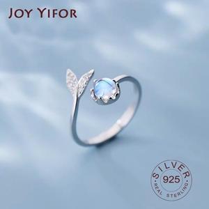 Женское кольцо из серебра 925 пробы с лунным камнем
