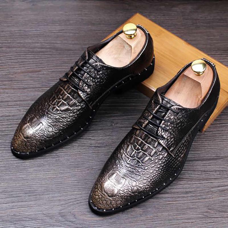 英国デザインのメンズのカジュアルな結婚式のパーティードレス牛革の靴ワニ粒靴レースアップスニーカー zapatos デ hombre 男性
