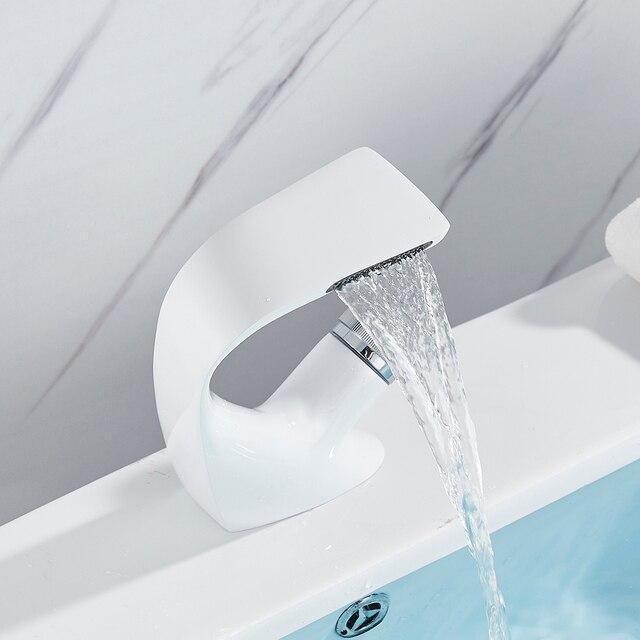 분지의 수도꼭지 목욕 분지 믹서 수도꼭지 크리 에이 티브 폭포 물 콘센트 욕실 선박 싱크 믹서는 따뜻한 것과 차가운 물 믹서를 도청