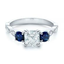 Huitanチャーミングトリプルジルコンツイスト舗装石デザイン女性の結婚指輪ロマンチックなギフトガールフレンドのためのシンプルなエレガントなリング