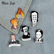 Film rol emaye Pin broş yazıcı Edgar Allan Poe çarşamba kızartma rozetleri giysi yaka pin kap çantası yaratıcı eğlenceli takı