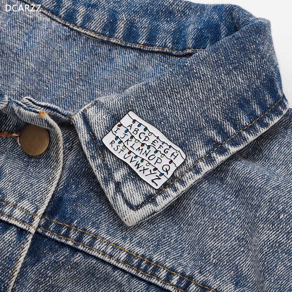 2019 Uno Sconosciuto le cose Risvolto ABCD Alfabeto Spille Undici Amico non Si Trovano Dei Monili Delle Donne Degli Uomini del Regalo Dello Smalto Spilla Camicia di Jeans distintivo