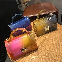 Kadın postacı çantası PVC çanta kadın çanta tasarımcısı jöle omuzdan askili çanta moda degrade renk zinciri kadın Flap küçük çanta