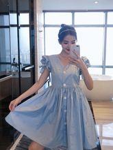 Женское облегающее платье во французском стиле привлекательное