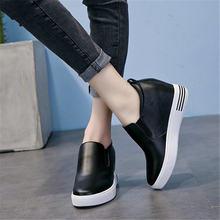 Женские кроссовки на массивной платформе белые из натуральной