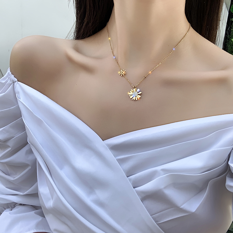 2020 Korean new design fashion jewelry titanium steel small daisy pendant necklace sexy elegant female clavicle necklace