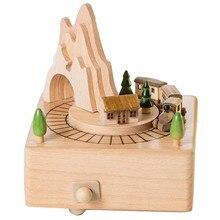 Caixa musical de madeira que caracteriza o túnel da montanha com o trem magnético móvel pequeno | joga