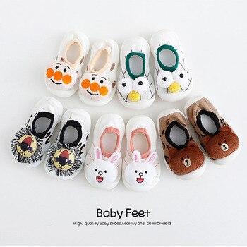 Chaussettes bébé avec semelles en caoutchouc plancher anti-dérapant coton dessin animé poupée chaussettes avec cloches bébé filles garçons doux bottes mignonnes bébé chaussures 1