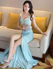 В моде синего цвета с высоким воротом платье без рукавов расшитое