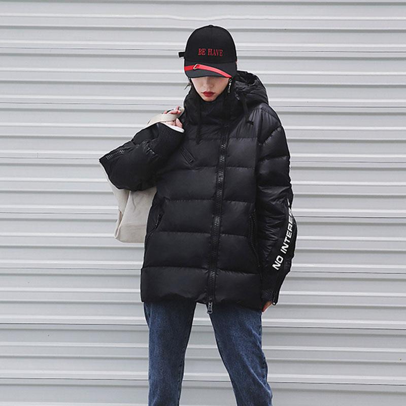 Kadın Giyim'ten Parkalar'de 2019 Kış Ceket Kadınlar Moda Mat Mektup Siyah Yastıklı Kadın Ceketler Gevşek Sıcak Pamuk Ceket kapüşonlu parka Kadın Dış Giyim H716'da  Grup 2