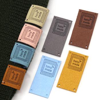 20 sztuk ręcznie robione etykiety tagi dla ubrania ręcznie robione tagi na prezenty czapki robione na drutach włókno skórzane etykiety akcesoria do szycia 2 5x5CM tanie i dobre opinie CN (pochodzenie) Nadające się do prania Etykiety w kształcie flag Znaczki do odzieży TŁOCZONA DO ODZIEŻY buty TORBY