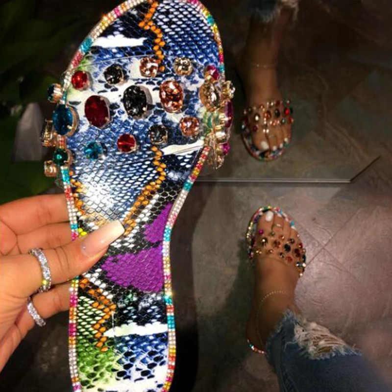 Женские шлепанцы с заклепками; Прозрачные летние женские разноцветные Шлепанцы из змеиной кожи со стразами; Модные женские вьетнамки на плоской подошве; Обувь размера плюс