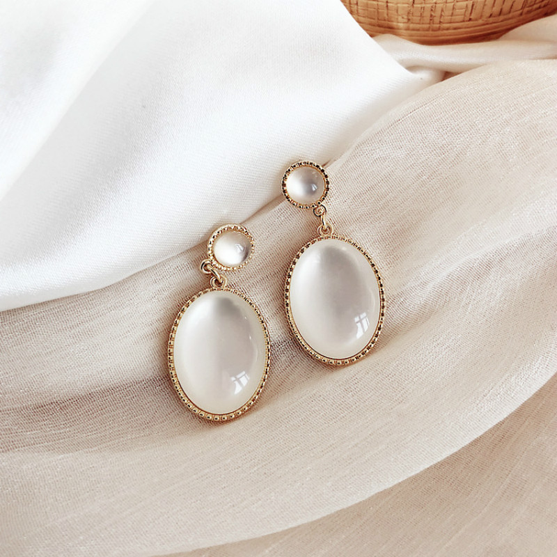 South Korea New White Moonlight Cat's Eye Stone Earrings French High Sense Small Fresh Eardrop Simple Temperament Female Jewelry