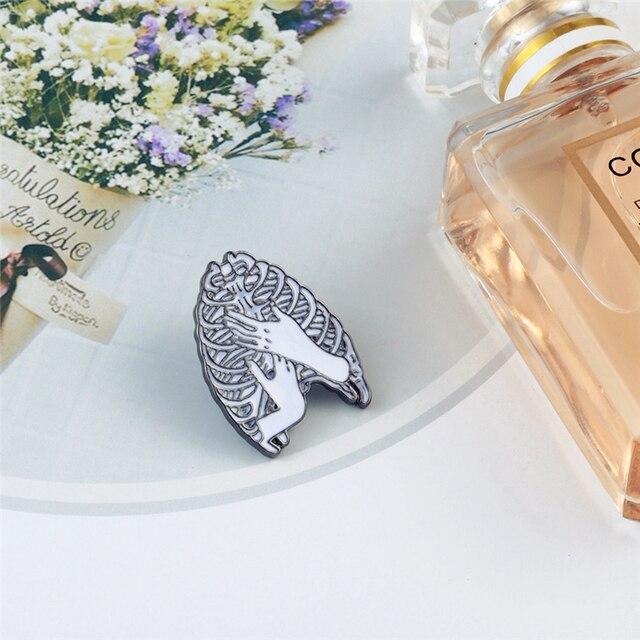 Cartoon odznaka czaszka klatka piersiowa ręcznie serce broszki szkielet ręce gest emalia szpilki dla kobiet torba kurtki przypinka biżuteria punkowa