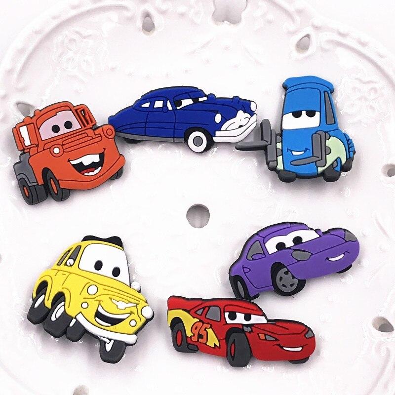 Broches 1Pcs Top Venda PVC Dos Desenhos Animados Super Carros Emblemas Acessórios Para Homem Crianças Mochila T-Shirt pinos Etiqueta menino favor presente