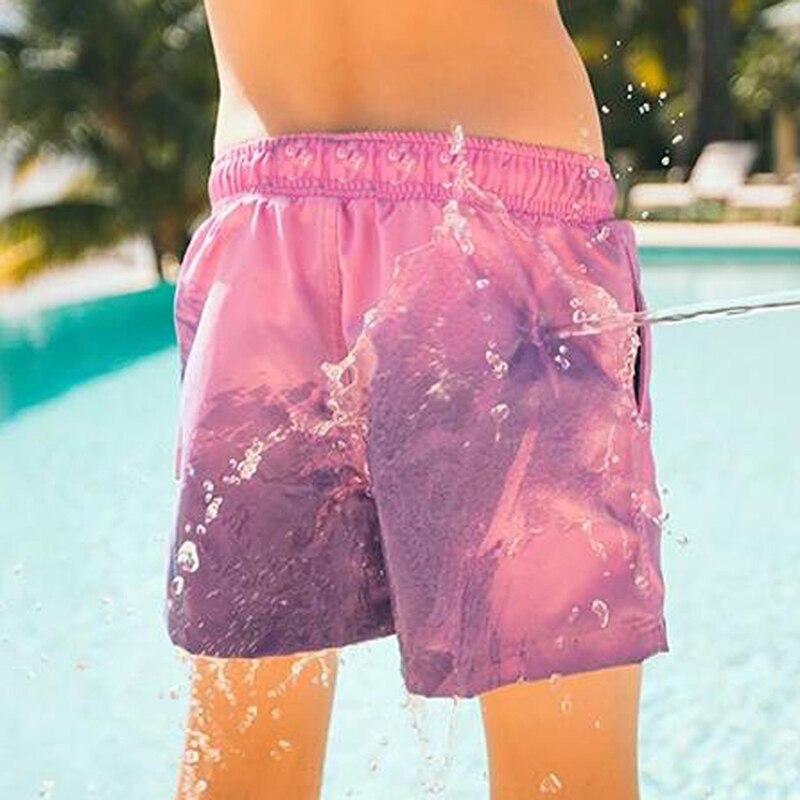 Meninos cor mudando troncos de natação secagem