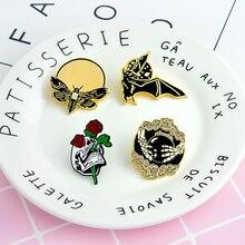 цена на Punk Batty Fear No Future Bee Skull roses Dark Brooch Denim Jackets Pin Buckle Shirt Badge Fashion Gift for Friend