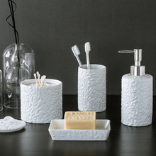 Керамические аксессуары для ванной комнаты с тисненым цветком
