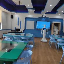 Студенты университета роста проекта программы тренировок вещи робот-гуманоид распознавания лица приема робот голосовой модуль гид-робот
